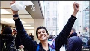 O estudante brasileiro Vitor Epiphanio, de 18 anos, foi o primeiro do mundo a comprar o iPhone 6s Plus. (Foto: Divulgação/Twitter/Tim Cook)