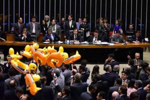 © image/jpeg Deputados da oposição com patos infláveis em protesto contra projeto de terceirização, no plenário da Câmara dos Deputados, em Brasília