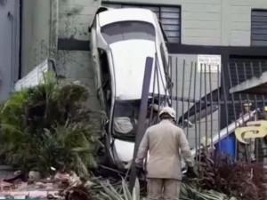 Carro ficou com as quatro rodas na parede de uma loja em Goiânia, Goiás (Foto: Reprodução/TV Anhanguera)