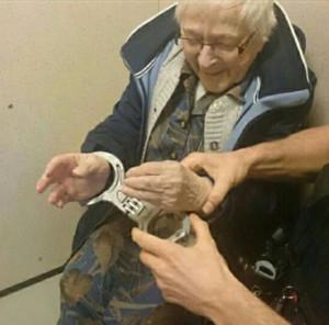 Policiais da cidade de Nijmegen-Zuid algemaram a idosa e a colocaram em uma cena (Foto: Reprodução/Facebook/Politie Nijmegen-Zuid)