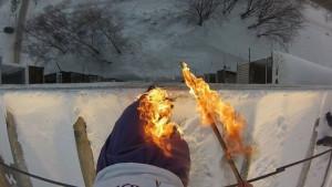 Alexander Chernikov coloca fogo em suas pernas antes de cair de um prédio de 9 andares (Foto: Alexander Chernikov)