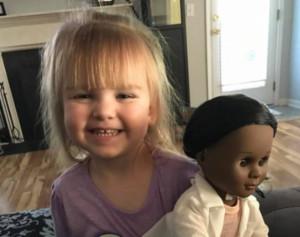 Sophia tem certeza de que é médica e quis uma boneca igual a ela Foto: https://www.instagram.com/leilani324/