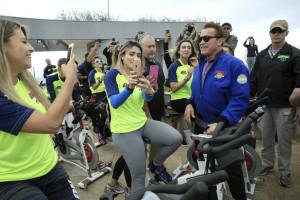 Arnold Schwarzenegger orienta cerca de 50 pessoas em evento esportivo realizado em São Paulo