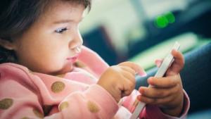 Pesquisa feita na Inglaterra indica que crianças dormem, em média, 15 minutos menos para cada hora que passam usando aparelhos com tela de toque