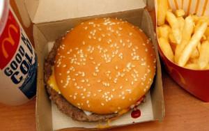 Reprodução/Twitter Com vontade de comer hambúrguer, menino de oito anos dirigiu o carro do pai até o drive-through do McDonald's