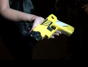 Pistola taser é manuseada por agente (Foto: Edijan Del Santo/EPTV)